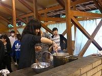 カレーの鍋をかき混ぜている様子