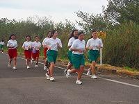 集団で通過する女子生徒